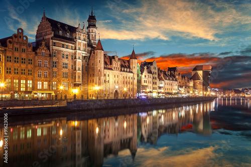Brzeg rzeki z charakterystycznym Żurawiem Gdańskim.