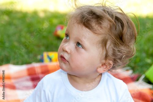 little curly-headed boy looks to the left Tapéta, Fotótapéta