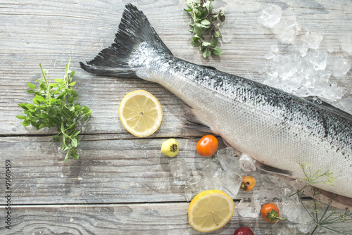 Photo sur Aluminium Poisson Raw salmon fish in ice and vegetables