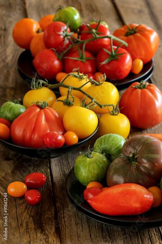 Fototapety, obrazy: assortiment de tomates sur fond bois 6