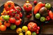 assortiment de tomates sur fond bois 4