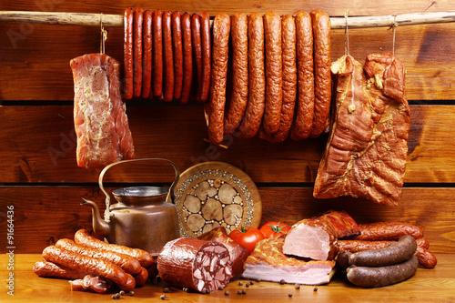 Fototapeta wiejski stół z kiełbasą i boczkiem obraz