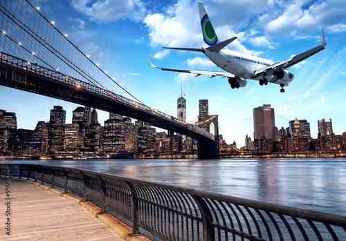 samolot-przelatujacy-nad-panorama-nowego-jorku-w-sloneczny-dzien