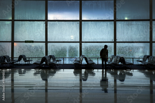 Foto op Aluminium Luchthaven Silhouette of lonely unidentified traveler wating for travel aft