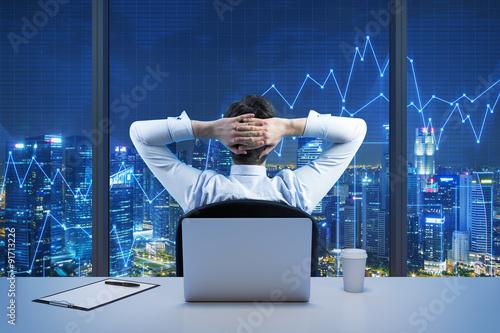 Foto  Rückansicht Geschäftsmann sitzen, die von der modernen Panorama-Büro in der Stadt sucht