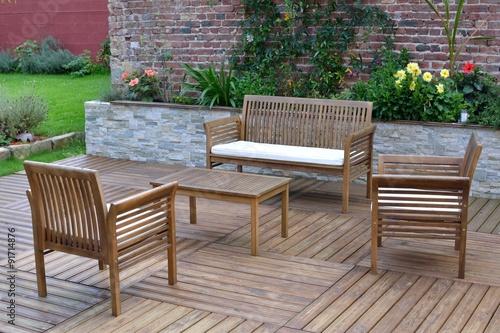 Salon de jardin en teck sur une terrasse en bois - Buy this ...