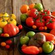 assortiment de tomates sur fond bois 1