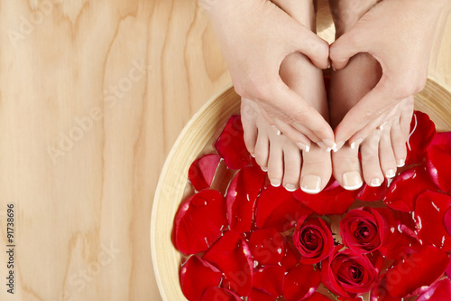 Spoed Foto op Canvas Pedicure Pedicure Manicure Spa Treatment with Red Roses Wood Background