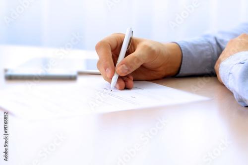 Fotografía  El hombre de negocios está firmando un contrato, los detalles del contrato de ne