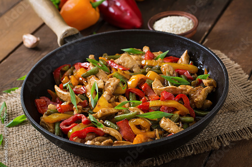 Stir fry chicken, sweet peppers and green beans Fototapet