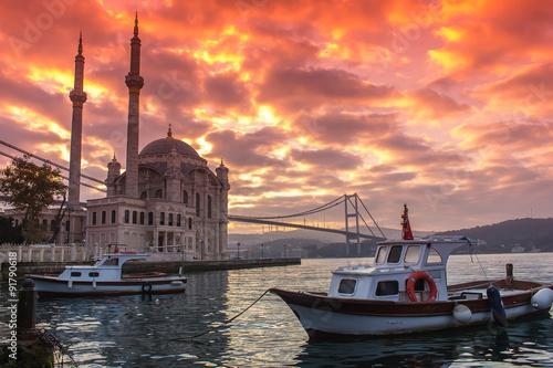 Fotografia  Ortakoy Mosque and Bosphorus Bridge