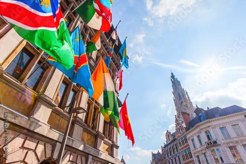 Keuken foto achterwand Antwerpen Fassade des historischen Rathauses in Antwerpen mit bunten Flaggen