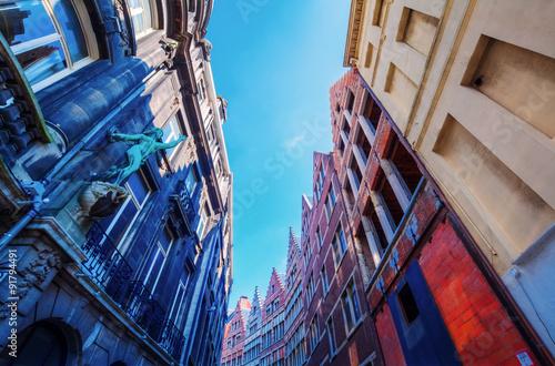 In de dag Antwerpen Gasse mit historischen Häusern in Antwerpen, Belgien