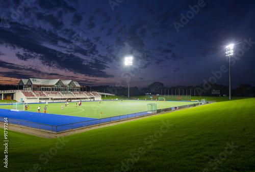 Plakat Boisko sportowe w nocy ze światłami