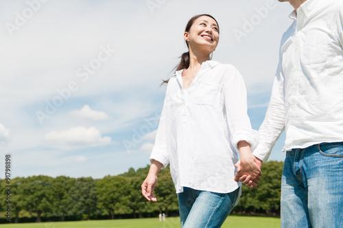 Fotografie, Obraz  恋人と手をつないでいる美しい女性