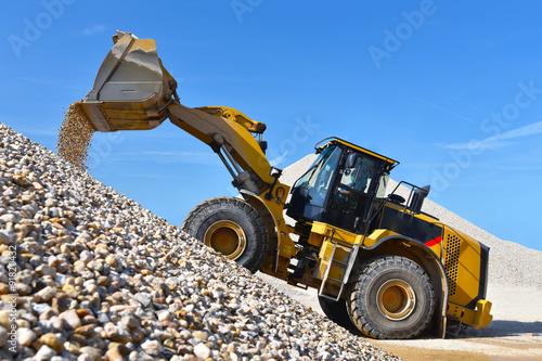 Vászonkép Radlader in einem Kieswerk transportiert Kies // wheel loader in a gravel pit