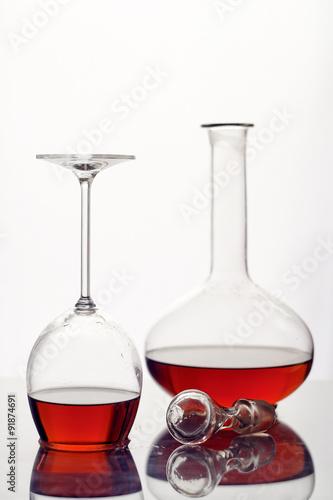 czerwone-wino-w-szklanej-karafce-na-bialym-tle