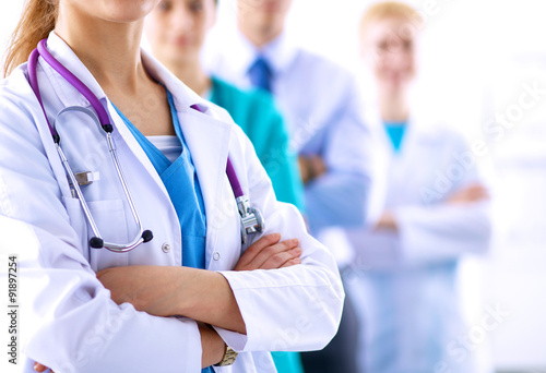 Foto  Attractive female doctor in front of medical group