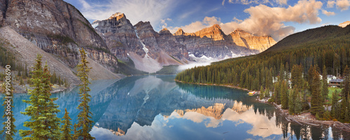 Montage in der Fensternische Kanada Moraine Lake at sunrise, Banff National Park, Canada