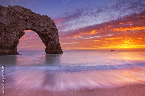 Photo  Durdle Door rock arch in Southern England at sunset
