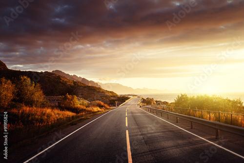 droga-nad-morzem-w-czasie-wschodu-slonca-wyspa-lofoty-norwegia