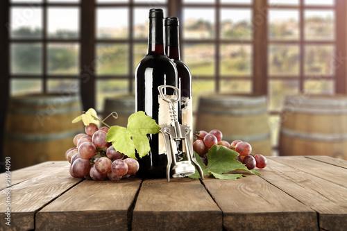 wino-i-dodatki-na-duzym-stole-z-drewnianych-desek