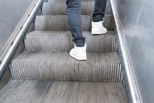 Zwei Beine Auf Einer Rolltreppe