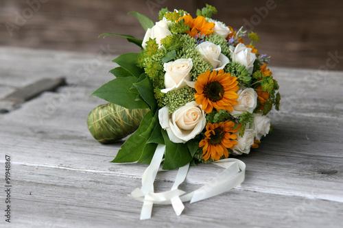 Brautstrauss Mit Sonnenblumen Und Weissen Rosen Auf Holzbank Buy