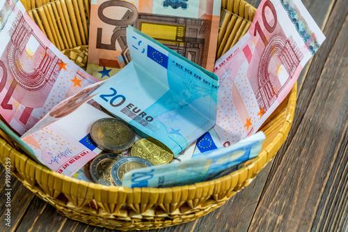 Fotografie, Obraz  Korb mit Geld aus Spenden
