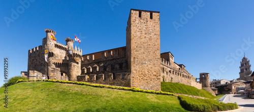 Foto  emplar Castle and city street.  Ponferrada