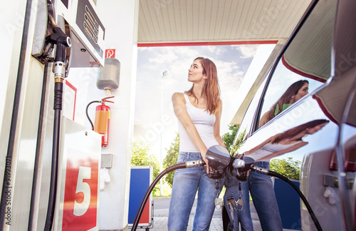 Photo  Pretty young woman refuel the car