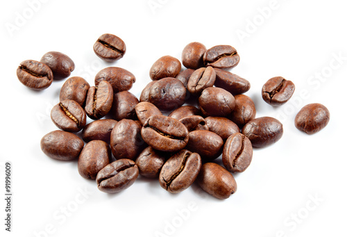 Papiers peints Café en grains Roasted coffee beans isolated on white background.