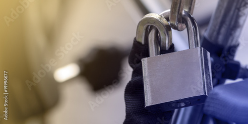 Photographie  Dark iron metallic padlock