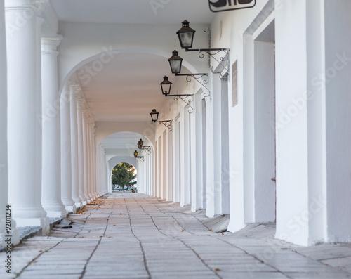 Fotografia Pillars and Arch Hallway Russia Suzdal