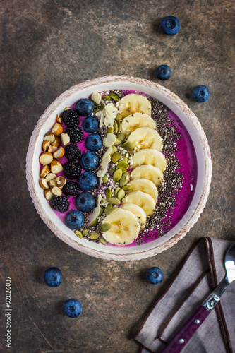 Foto  berry smoothie  topped with blueberry, blackberry, almond, banan