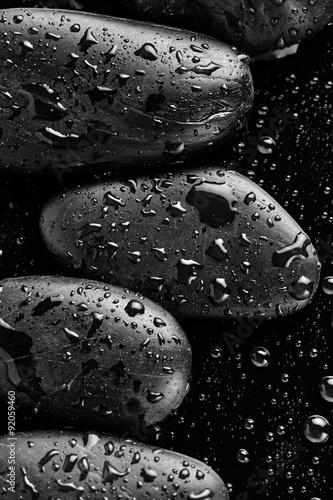 kamienie-z-kroplami-wody