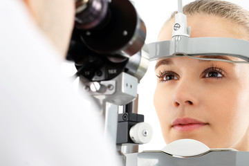Badanie wzroku. Pacjentka podczas badanie wzroku w klinice okulistycznej