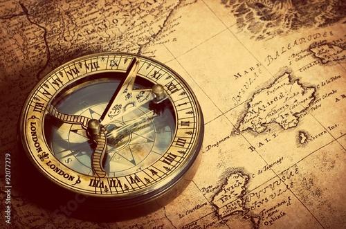 stary-kompas-na-vintage-mapie-retro-czerstwy