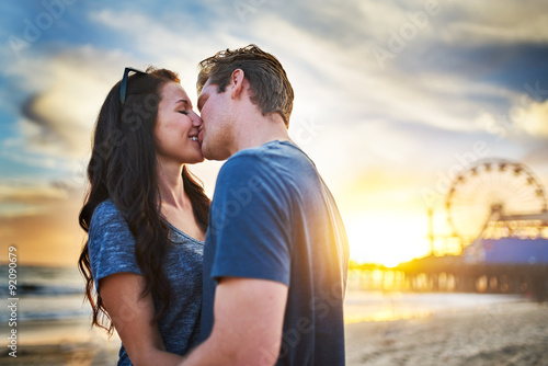 Fotografia, Obraz  romantic couple kissing at santa monica