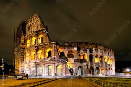 Photo  Colosseum (Coliseum) at night in Rome