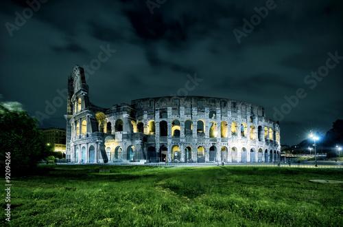Photo  Coliseum (Colosseum) at night in Rome