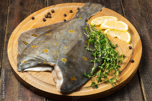 Carta da parati Raw plaice with pepper, thyme and lemon on the board