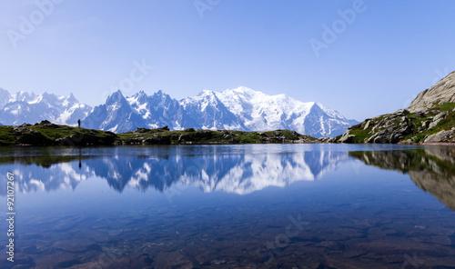 Wall Murals Alps Lac de montagne, reflétant le Mont-Blanc