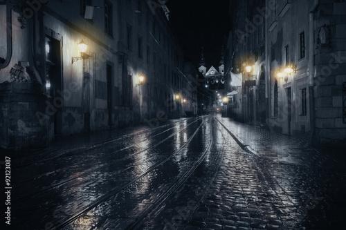 Fotografía  Rainy night in old European city