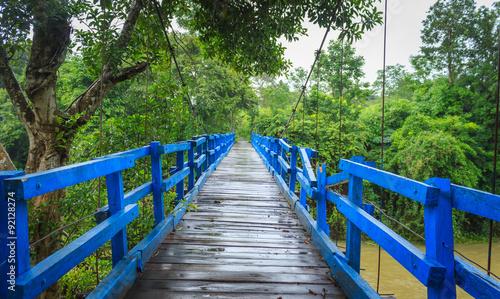 niebieski-drewniany-most