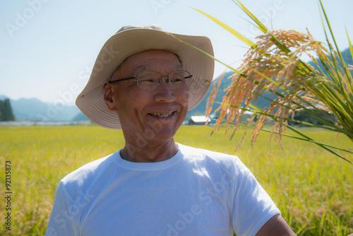 Fotografie, Obraz  実りの秋に喜ぶシニアの農夫
