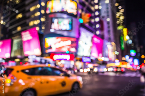 In de dag New York Defocused blur of Times Square in New York City with lights at night and taxi cab