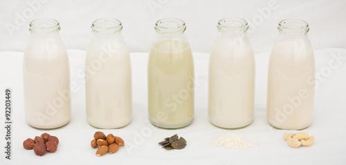 Fotografie, Obraz  fünf Milchflaschen