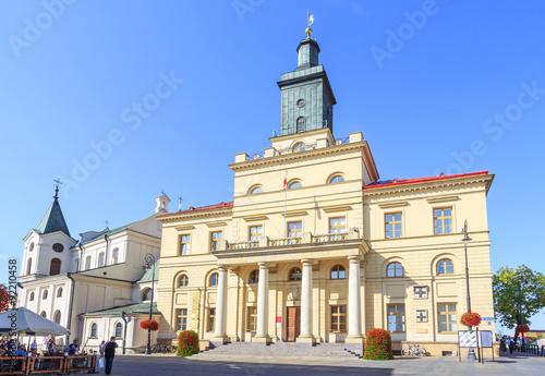 Obraz Nowy Ratusz w Lublinie przy Krakowskim Przedmieściu, wybudowany w latach 1827-1828 w stylu klasycystycznym. Obok ratusza z lewej widoczny Kościół Św. Ducha - fototapety do salonu