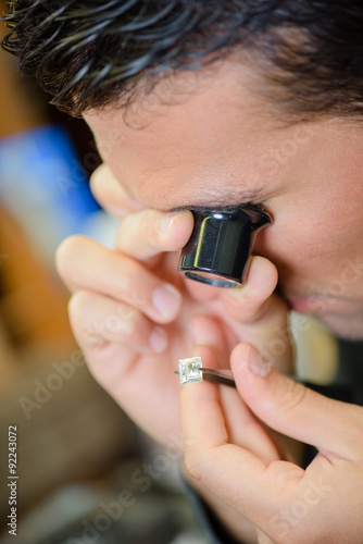 Photo Jeweller appraising a ring